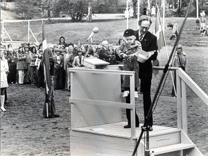 Ett charmigt inslag och därtill spontant, utgjorde treårige Hans Brynielssons inhopp på talarstolen. Med flagga i hand klättrade han upp och vinkade. Hjälp ännu högre upp fick han av Josua Westin.