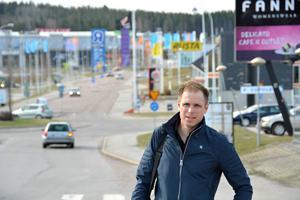 Mattias Berglund för söker hitta sommarjobb för gymnasieelever hos företag, både inom handeln i Birsta och i andra branscher.