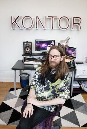 Viktors kontor i svart och grått, med planer på en giraff..