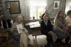 Ann-Katrin Gropp till vänster bor i ett orört 1700-tals i Florhed, undrar hur hon ska använda färgen för ommålning av sina fönster.