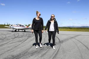 Ebba Eskilsson, Hackås och Klara Larsson, Östersund efter avslutad flygtur.