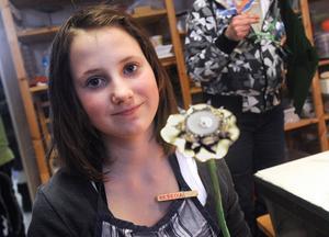 Rebecca Olsson har hamrat till en blomma av kapsyler.