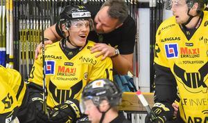 Albin Johansson, VIK Hockey, gratuleras av materialaren Mio Schilcher efter sitt första mål för Gulsvart och i Hockeyallsvenskan.
