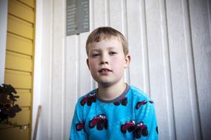 Gustav Forssberg, åtta år, blev orolig och ledsen efter besöket på akutmottagningen. Nu vädjar hans mamma att barnjouren ska få vara kvar på barnkliniken.