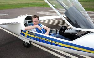 Hemmasonen Johan Gustafsson är dubbel världsmästare i konstflyg med segelflygplan. Han kommer bland annat att göra en spektakulär flygshow i mörkret nästa fredag.