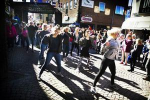 Plötsligt dök dansarna från Wendlas dansstudio upp från ingenstans och började dansa mitt i publiken. Ett uppskattat uppträdande från den förvånade iakttagarna.