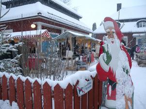 Tomten hälsade valkommen till julmarknaden på Korsnäsgården.