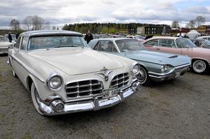 Amerikanskt. En Chrysler Imperial från 1955 på grusplanen vid Lindeskolan.