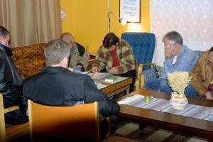 I en källarlokal i Kvissleby centrum träffas nyktra alkoholister varje vecka. Framgången med AA: s program beror bland annat på att de alkoholister som inte längre krökar har en förmåga att hjälpa de som fortfarande är i spritens grepp.