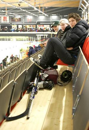 William Olofsson från Ås, Joel Gunnarsson från Torvalla och Jesper Macknow från Östersund spelar alla i ÖIK:s U15-U16-lag, och de är helnöjda med den nya ishallen. Senare på eftermiddagen åkte de på isen i B-hallen.