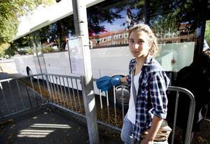 Bussresenär. Tolvårige Elon Walldén går i sjunde klass på Solängsskolan. Han åker mellan Hedesunda och Gävle varje dag. Han tror inte att väktare på bussen är någon långsiktig lösning.