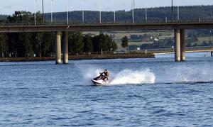 Framöver kan det bli hastighetsbegränsning på Storsjön mellan Badhusparken och Jamtlibryggan – allt för att förebygga olyckor.