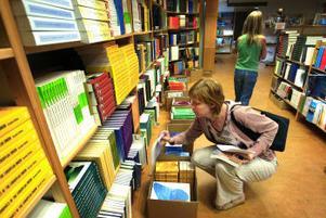 Camilla Vedin och dottern Ida på kursboksafari. Magra studielån och dyra böcker är ingen bra kombination för varken henne eller andra studenter.
