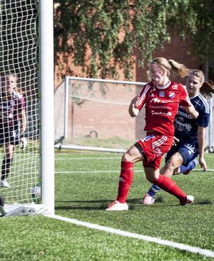 Elin Danielsson stöter in matchens enda mål.