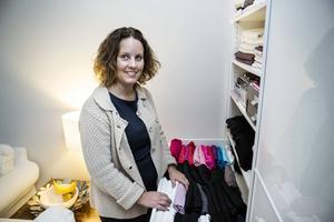 Ordningskonsulten Brita Hahne visar smarta organisationslösningar i hemmet. Att förvara t-shirts genom att vika dem till små paket och lägga dem på rad ger överblick i garderobens lådor. Det är en idé som den japanska ordningsexperten Marie Kondo tagit fram.