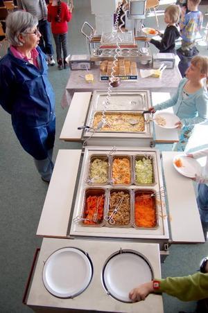 Birgitta Månsson, chef för matproduktionen i Östersunds kommun, var med och åt när barnen i Lit fick pasta och skinksås i går.