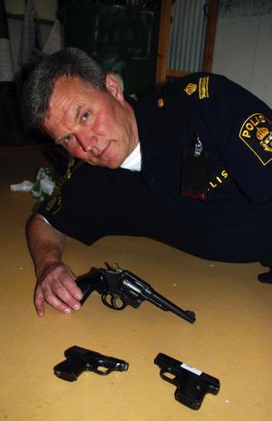 Handeldvapen. George Samuelsson visar tre av de nio pistoler och revolvrar som polisen i Mora fått in då ungefär halva amnestitiden gått.