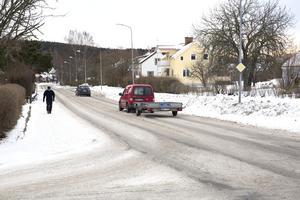 Den breda Jägarnäsvägen smalnas av när cykelvägen byggs. Därmed kommer även problemen med fortkörning att minska, resonerar kommunen.