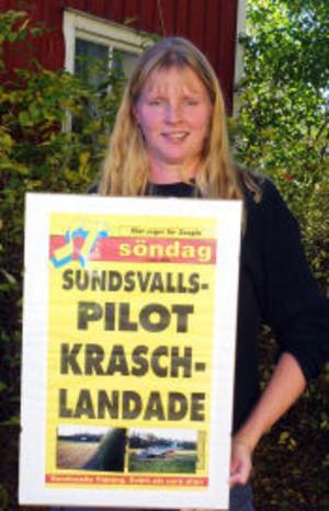 Börje Svenssons dotter Annika visar glatt upp löpsedeln från 1995 när pappa kraschade.