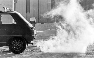 Skatt ger inte effekt. Trots höjda bensinpriser har de senaste åren har bilkörningen bara minskat marginellt. Därför behövs en miljökonsekvensbeskrivning av vad som händer om bensin- och dieselpriset sänks. Arkivbild: Tord Olsson/MWT