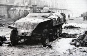 Svenska SS-soldater i en pansarvagn dödades av en granat strax söder om Hitlers bunker i maj 1945. Vagnens framskärm pryddes av symbolen för SS-division Nordland.