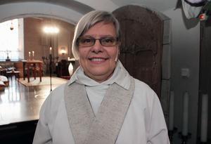– Jag känner glädje och förhoppningar, säger nya kyrkoherden Margareta Carlenius på väg in till mottagandet och familjemässan.