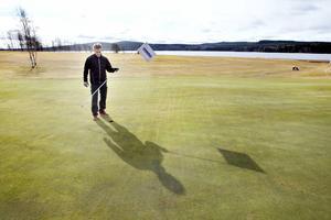 Mattias Norling förbereder Hofors golfbana inför öppnandet på lördag.