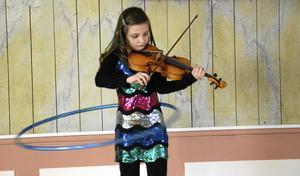 Simultanförmåga. Obesvärat får Linnéa Didic´ rockringen att snurra runt midjan samtidigt som hon spelar en trudilutt på fiolen.