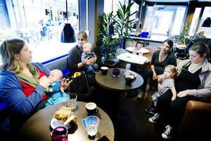 Anna Maria Eriksen med sonen Zeb, Sandra Voestbjermert med sonen Zander, Karin Meyer Lundén och Cornelia Turner med dottern Alicia-Li stöttar kampanjen.