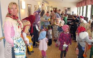 På skärtorsdagens förmiddag kom förskolebarnen från förskolan Tallkotten, avdelning Holken, på besök till Norshöjdens äldreboende. Utklädda till påskkäringar bjöd de på påsksånger och godis. FOTO: ILSE VORNANEN