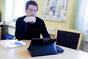 Leif Pettersson (S) är inte beredd att reservationslöst applådera näringslivschefens initiativ att ge Stationskioskens ägare nollhyra tills vidare.