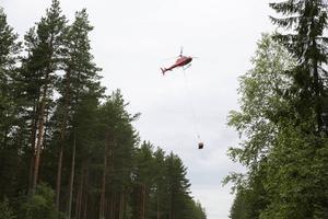 Att få ut lekgruset till restaurerade Håjensån gick faktiskt som en lek med helikopterns hjälp.
