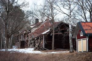 Husen som omger huvudbyggnaden i Rottneby är i mycket dåligt skick. Vissa byggnader har kollapsat.