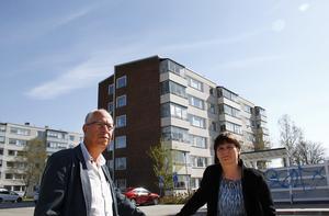 Per-Arne Olsson, ordförande i styrelsen för AB Timråbo, och Lotta Björklund,  i solskenet på Skogsvägen där man planerar att montera upp solpaneler.