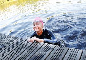 Trettonåriga Hanna Björkbacka kom in först in till målet vid Boulongern. Det kändes bra, men hon var trött i armarna. Mest uppskattade hon gemenskapen och att få simma tillsammans med de 52 andra deltagarna.