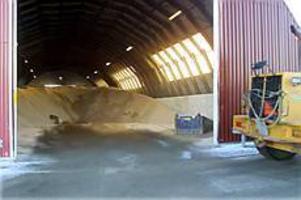 Det går åt tusentals ton sand till Gävles gator och vägar varje vinter. Sanden förvaras i flera depåer, bland annat i den här ladan på Näringen. Foto: Olle Hildingson