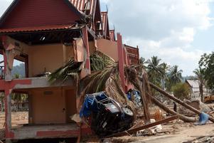 FÖRSTÖRDA HOTELL. I Thailand omkom många turister när vågorna sköljde in över stränder och hotell tidigt på annandagens morgon. Omkring 30000 svenskar befann sig i Thailand och 543 miste livet. Här syns vågornas framfart i Khao Lak norr om Phuket, ett par veckor efter katastrofen.