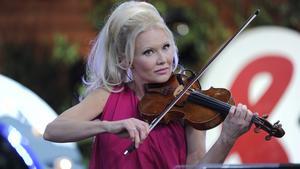 Violinisten Linda Lampenius uppträder i Skinnskattebergs kyrka i kväll.