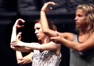 Sandra Wiklund, till vänster, tillsammans med en av de andra Gävletjejerna som fått sommarjobb som dansare.