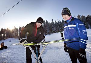 VALLNING. Lennart Åslund, Hedesunda, vallar skidorna åt dottern Lina, 15 år.