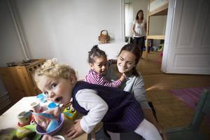 Petronella och Solyana går på avdelningen Lilla Lunda, här finns trägolv och kamin och inga giftiga leksaker.