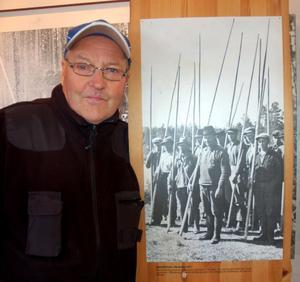 Stig Dunder hittade sin pappa, Dunder Karl Andersson på en bild av ett flottarlag vid Mångån på 1930-talet.