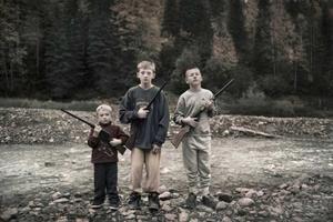 Tredje pris, årets porträttberättelse.  Foto: Pieter ten Hoopen. Bröderna Jenssen på fågeljakt just utanför reservatet Glacier National Park i Hungry Horse.