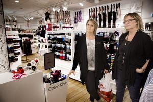 Ombyggnader stör. Marie Schyll och Christine Lindeborg driver Två systrar i Gallerian. De tappar kunder och tror att det även beror på ombyggnader. Passagen utanför deras butik som förr ledde till Skrapan         är tillfälligt stängd.Foto: Per Groth