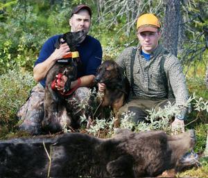 Manollo Rodriguez och Erik Larsson  med hundarna Ursus Big och Britta, samt björnen som Erik sköt med endast ett skott.