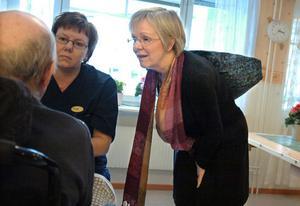 Under studiebesöket fick LO:s ordförande möjlighet att se verksamheten på nära håll. Här träffar hon Annelie Hansson i personalen samt en av pensionärerna.