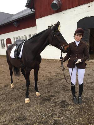 22-åriga Emilia Dahlbom äger lika gamla hästen Anne-Marie som hon tävlar i både hoppning och dressyr.