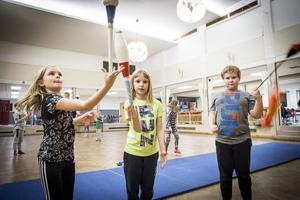 Alice Smevold och syskonen Lovisa och Erik Silverberg testade att jonglera med käglor och svinga med en poj.