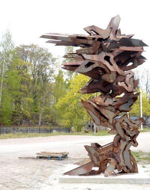 Den lokale konstnären Pontus Ersbackens stora stålskulptur