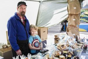 Martin Nyberg har hjälp av sonen Nisse när de har försäljning på marknader.